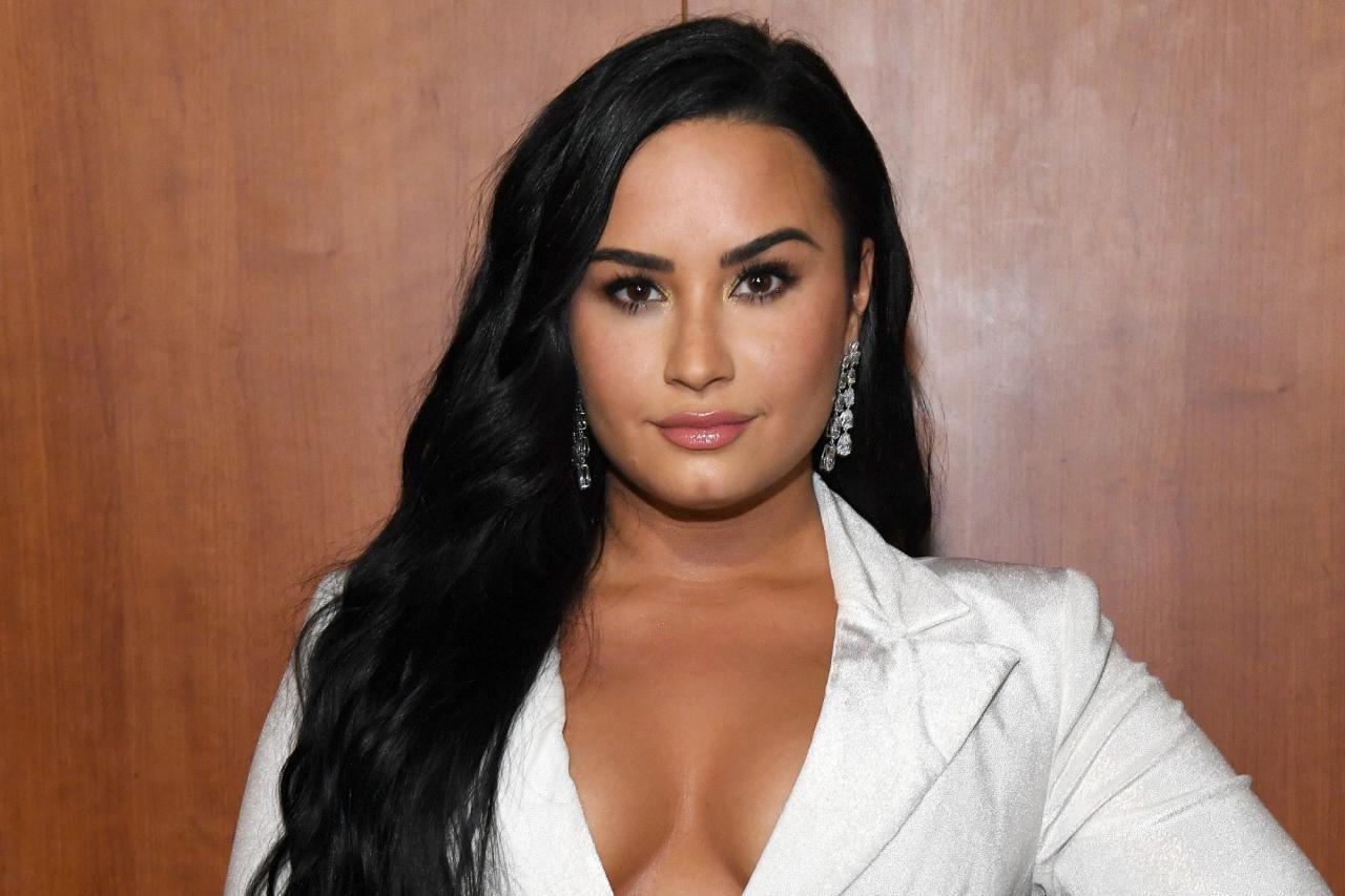 celeb plasticsurgery demi lovato 2 2000 20201203 Demi Lovato plastic surgery December 3, 2020